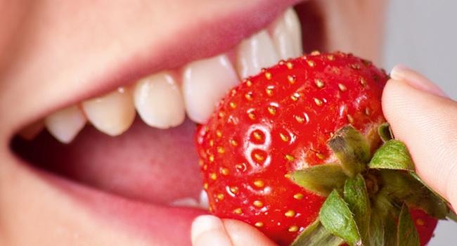 Lächelnder Mund mit schönen Zähnen